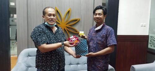 Salah satu wartawan di Malamg menerima vitamin dan kuota internet dan diserahkan oleh Ketua PWI Malang Raya, M. Ariful Huda (Istimewa).