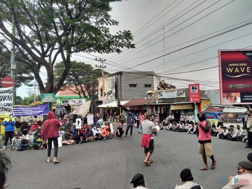 Mahasiswa Papua saat melakukan unjuk rasa di simpang Jalan Veteran. (Anggara Sudiongko/MalangTIMES)