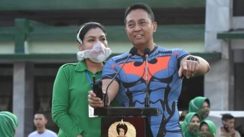 KSAD Jenderal Andika Perkasa dan istri (Sumber foto: Dispenad)