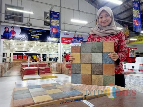 Karyawan menunjukkan keramik motif crayon koleksi Graha Bangunan.(Foto : Aunur Rofiq/BlitarTIMES)