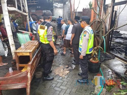 Polisi melakukan olah TKP di lokasi kebakaran gudang kerajinan tempurung kelapa di Tanjungsari