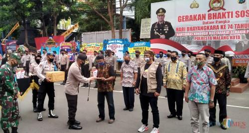 Kapolresta Malang Kota Kombespol Leonardus Simarmata saat memberikan hadiah-hadiah kepada para perwakilan Kampung Tangguh Semeru yang menjadi pemenang (Anggara Sudiongko/MalangTIMES)