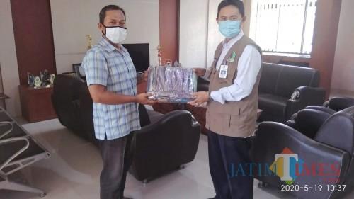 Danisworo, Camat Muncar Menyerahkan Bantuan Disinfektan Bagi Masyarakat-Nurhadi Banyuwangi Jatim Times