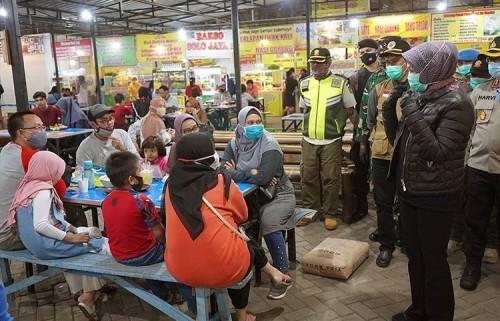 Wali Kota Batu Dewanti Rumpoko saat melakukan sosialisasi kepada pengunjung di Food Court Alum-Alun Kota Batu beberapa saat lalu. (Foto: Humas Pemkot Batu)