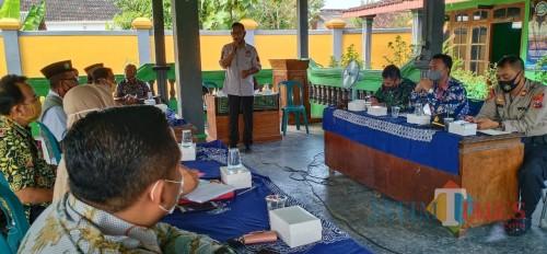 Rapat koordinasi bersama Forum Komunikasi Pimpinan Kecamatan (forkopimka) di Balai Desa Tanjungrejo, Selasa (7/72020).(Foto Umar Tuban Times)