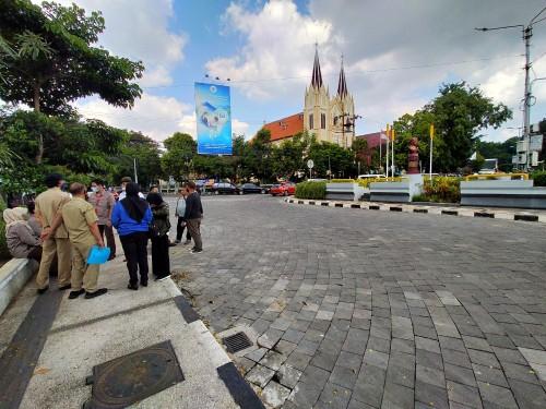 Tim ahli dan tim dari Pidana Khusus (Pidsus) Kejari Kota Malang saat melakukan penyelidikan dilapangan lokasi proyek Kayutangan Heritage (Ist)