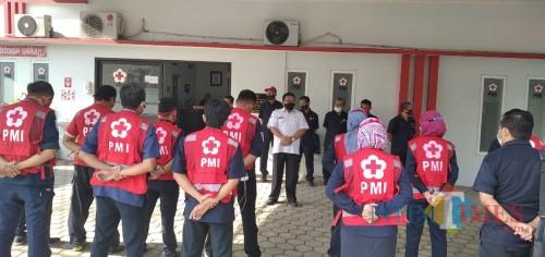 Ketua PMI Cabang Jember H. EA Zaenal Marzuki saat melepas tim promkes (Gufron / Jatim TIMES)
