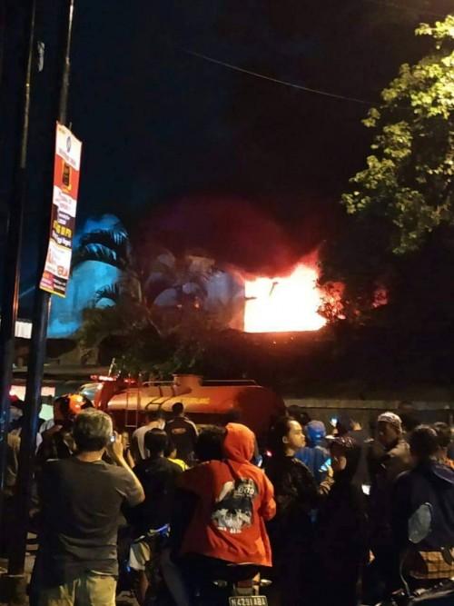 Nampak kobaran api yang membakar gudang begitu besar hingga menjadi tontonan warga (Ist)