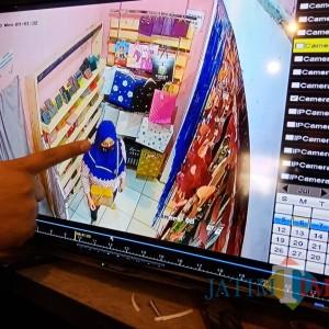 Seorang Emak-Emak di Jombang Terekam CCTV Curi Uang Toko Rp 8,8 Juta