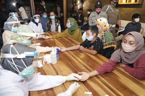 Suasana saat petugas kesehatan melakukan rapid test kepada pengunjung kafe di kawasan Jl Kendalsari Kota Malang, Selasa malam (7/7). (Foto: Humas Pemkot Malang).