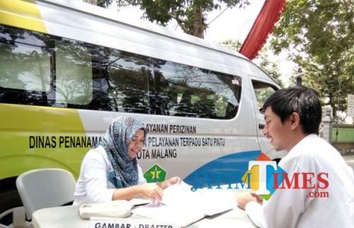 Layanan mobil keliling Disnaker-PMPTSP Kota Malang sebelum pandemi covid-19. (Pipit Anggraeni/MalangTIMES).