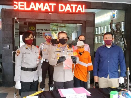 Kapolresta Malang Kota Kombes  Leonardus Simarmata saat menunjukkan barang bukti dan tersangka curanmor. (Hendra Saputra)