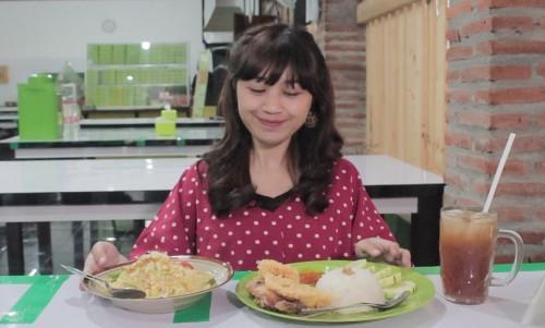 Mencoba kuliner khas Jogja di Warung Mbok Udi. (Foto: Yogi/MalangTIMES)