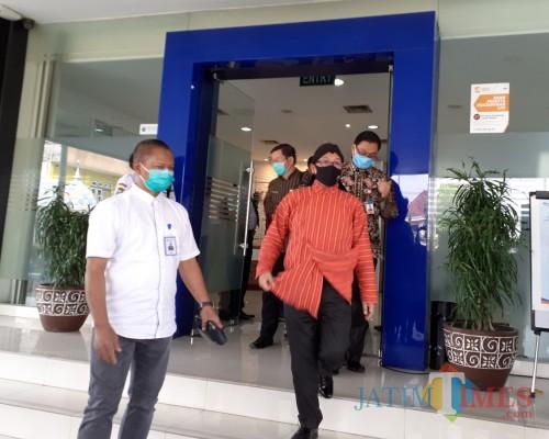 Wali Kota Malang Sutiaji (baju oranye) saat meninjau kawasan BRI Kanwil Malang, Kamis (9/7). (Arifina Cahyanti Firdausi/MalangTIMES).