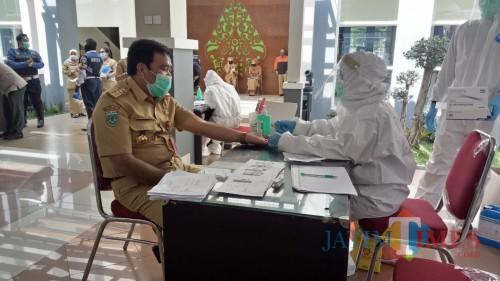 Tenaga kesehatan saat melakukan rapid test di Pendapa Balai Kota Among Tani, beberapa saat lalu. (Foto: MalangTIMES)