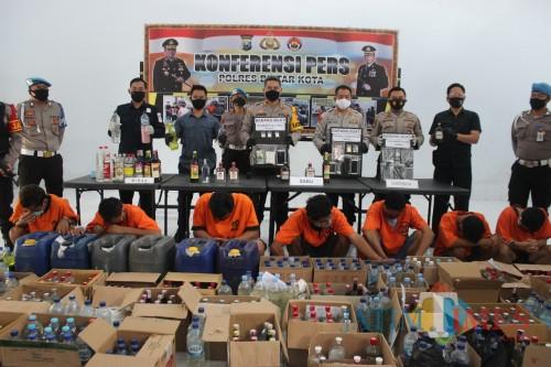 7 tersangka kasus narkoba dan ratusan botol miras diamankan Polres Blitar Kota demi terciptanya kamtibmas.(Foto : Aunur Rofiq/BlitarTIMES)
