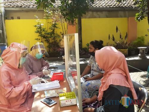 Pemeriksaan awal pasien dalam pelayanan Puskesmas Kedungkandang. (Arifina Cahyanti Firdausi/MalangTIMES).