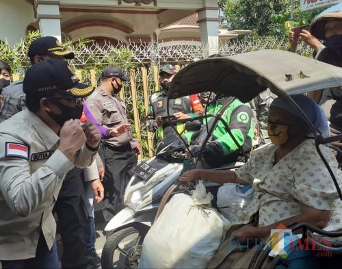 Wali Kota Malang Sutiaji saat turut memeriksa warga yang keluar masuk di kawasan Mergosono pada hari pertama PSBL, Jumat (10/7). (Arifina Cahyanti Firdausi/MalangTIMES).
