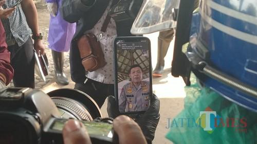 Kapolri melakukan video call langsung dengan personel Polresta Malang Kota yang menjadi relawan dalam pemulasaraan jenazah. (Ist)