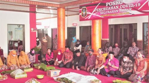 Wali Kota Santoso memberikan sambutan dan memimpin doa di acara tasyakuran bersih desa di Kelurahan Blitar. (Foto : Aunur Rofiq/BlitarTIMES)