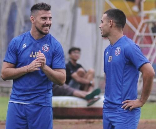 Jonathan Bauman (kiri) bersama Elias Alderete saat menjalani latihan. (official Arema FC)