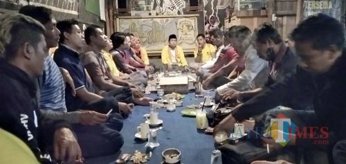 Sejumlah pengurus DPC Partai Berkarya saat menggelar pertemuan di rest area Jubung (foto : Moh. Ali Makrus / Jatim TIMES)