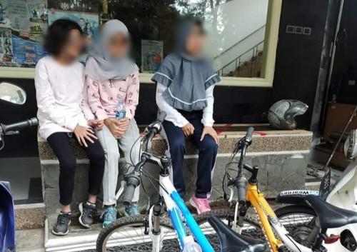 Korban dan temannya yang sedang menunggu dijemput pihak keluarga di depan kampus Wearnes (Istimewa)