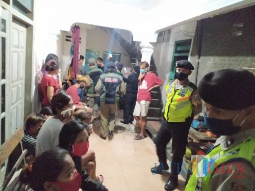 Petugas gabungan saat mengamankan pasangan bukan suami istri di sejumlah rumah indekos di Kota Blitar