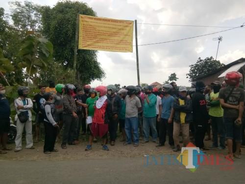 Puluhan warga pasang Maklumat di dekat yayasan Imam Syafi'i desa Tapan Kedungwaru / Foto : Anang Basso / Tulungagung TIMES