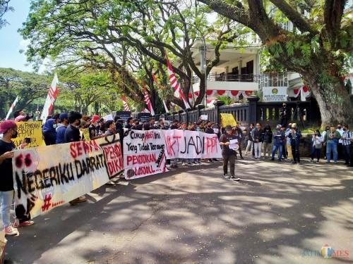 Suasana Seruan Aksi Mahasiswa (Serama) yang diikuti BEM Malang Raya (Anggara Sudiongko/MalangTIMES)
