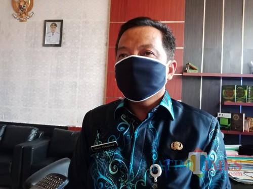Kepala Dinas Pendidikan dan Kebudayaan Kabupaten Jombang, Agus Purnomo saat diwawancarai sejumlah wartawan di kantornya. (Foto : Adi Rosul / Jombang TIMES)