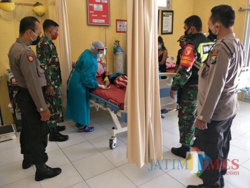 Korban RQ saat mendapat perawatan di Puskesmas Panggungrejo.