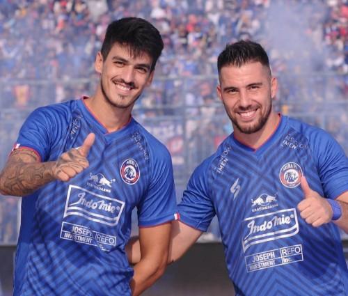 Matias Malvino (kiri) dan Jonathan Bauman dengan jersey Arema FC musim 2020 (official Arema FC)