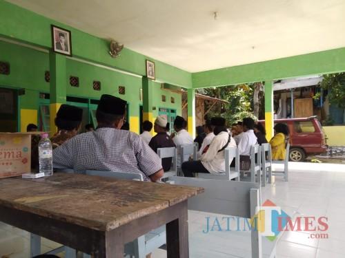 Pemuda Desa Karduluk, Kecamatan Pragaan, Kabupaten Sumenep saat menggelar audiensi di balai desa setempat (ist/ JatimTIMES)