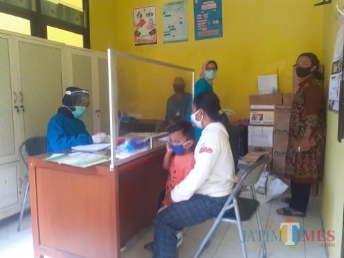 Suasana pelayanan pemeriksaan oleh petugas kesehatan terhadap pasien di Puskesmas Kedungkandang. (Arifina Cahyanti Firdausi/MalangTIMES).