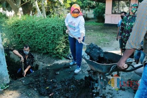 Wakil Bupati Lumajang ikut dalam gotong-royong membersihkan saluran air (Foto : Moch. R. Abdul Fatah / Jatim TIMES)