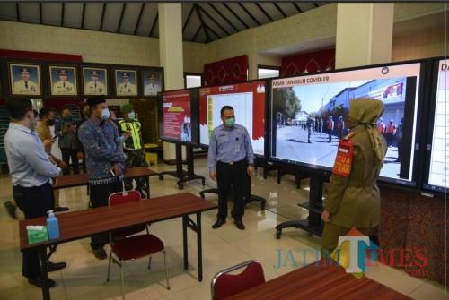 Bupati Faida memberi pemaparan peta persebaran covid-19 kepada Kepala Kantor Imigrasi Said Noviansyah