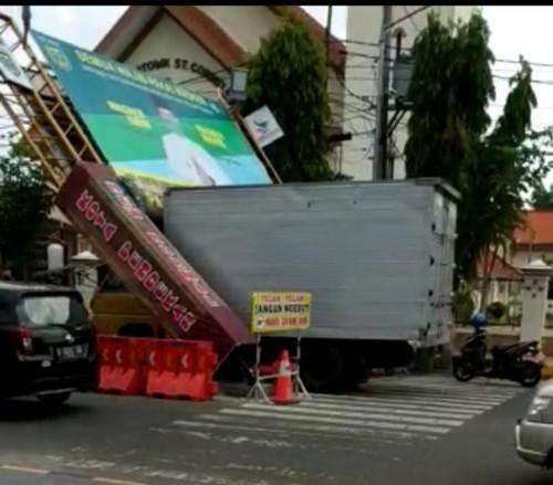 Gapura jl pahlawan Kota Madiun roboh diterjang truk
