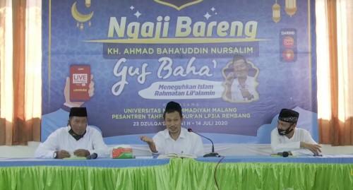 Gus Baha atau KH Ahmad Bahauddin Nursalim (tengah). (Foto: Ima/MalangTIMES)