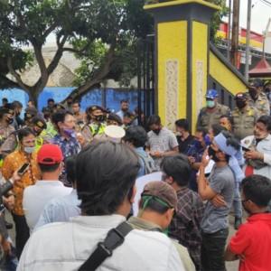 Jadi Sarang Pungli, Disdukcapil Digeruduk Massa Gempar