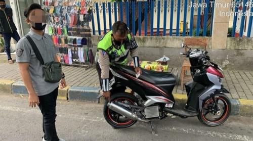 Petugas yang melakukan penindakan terhadap kendaraan yang memakai knalpot brong (Satlantas)