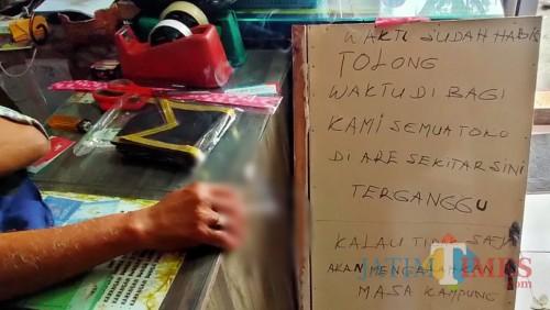 Tulisan yang dibuat pedagang sekitar Simpang ITN lantaran merasa terganggu dengan aksi unjuk rasa AMP (Anggara Sudiongko/MalangTIMES)