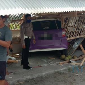 Berhalusinasi, Pengemudi Minibus Banting Setir dan Hantam Sebuah Warung