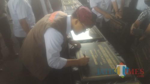 Bupati Banyuwagi menandatangani Prasasti Bangunan Gedung dan kantor di Lapangan Tenis Indoor GOR Tawangalun Banyuwangi Nurhadi Banyuwangi Jatim Times