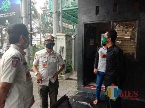 Petugas Satpol PP yang melakukan patroli di lokasi karaoke dan tempat hiburan malam (Anggara Sudiongko/ MalangTIMES)