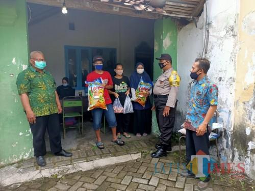 """Beras bermerek """"Lahap"""" menjadi komoditas yang dibagikan untuk KPM di Kedungwaru / Foto : Anang Basso / Tulungagung TIMES"""