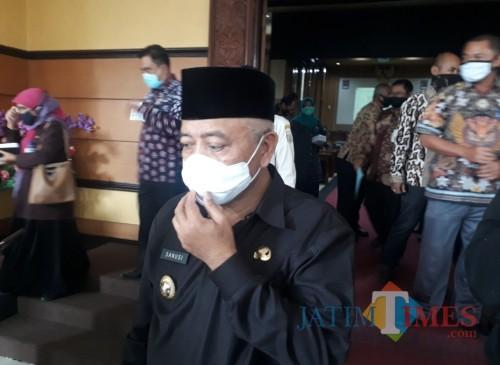 Bupati Malang HM. Sanusi sesaat setelah mengikuti agenda Rapat Paripurna di Gedung DPRD Kabupaten Malang, Kamis (16/7/2020). (Foto: Tubagus Achmad/MalangTimes)
