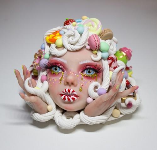 Karya seni patung wajah dengan cake macarons karya Tina Yu. (Foto: instagram @tina.yu.artist).