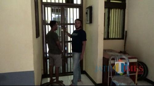 Pelaku saat dijebloskan ke dalam sel Mapolsek Tanggul (foto : Gito / Jatim TIMES)