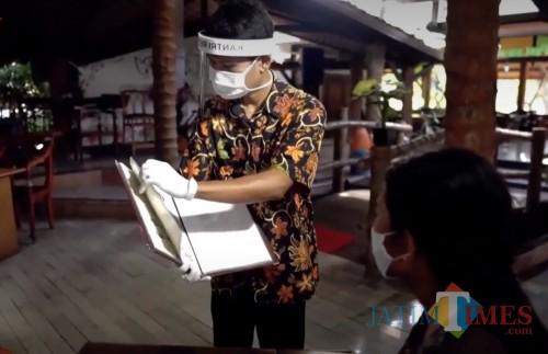 Salah satu pelayanan di rumah makan yang sudah sesuai dengan protokol kesehatan (Foto : Instagram Disparbud Kabupaten Malang)